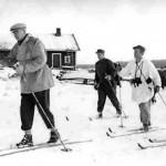 Kuntoilija presidentti Kekkonen seurueineen hiihtää